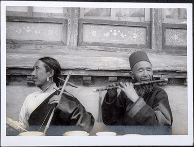 Two musicians playing piwang and flute