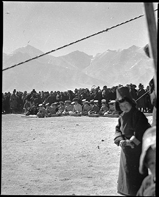 Spectators at Trapshi Tsisher near Lhasa