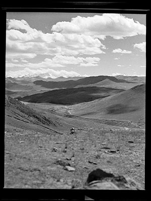 Valley near Yamdrok Tso Lake and Nagartse