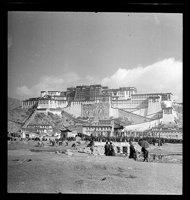 Potala and crowds in the Sho area at Sertreng ceremony