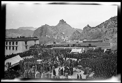 Monks and officials, Sertreng festival below the Potala