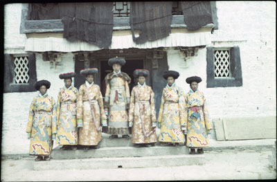 Ruthog Depon in the clothes of a Yaso with six attendants